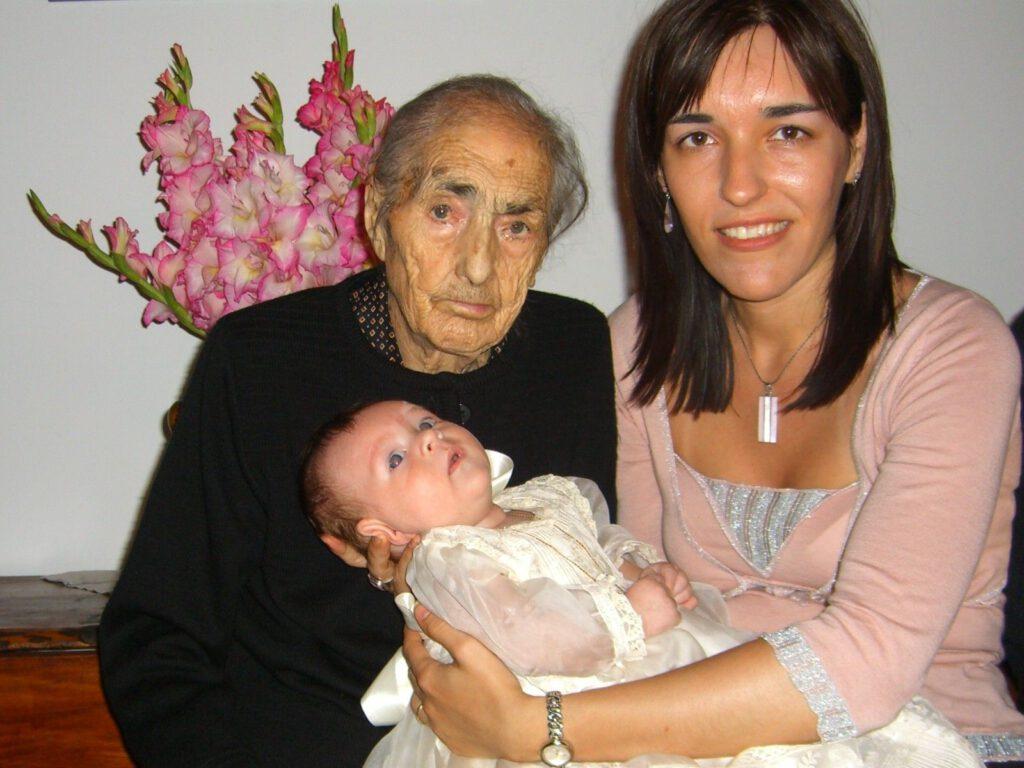 2005. Con Bisabuela Emilia y mamá. En Bautizo en casa de Santa María de la Peña.